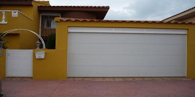Puerta seccional exterior blanca